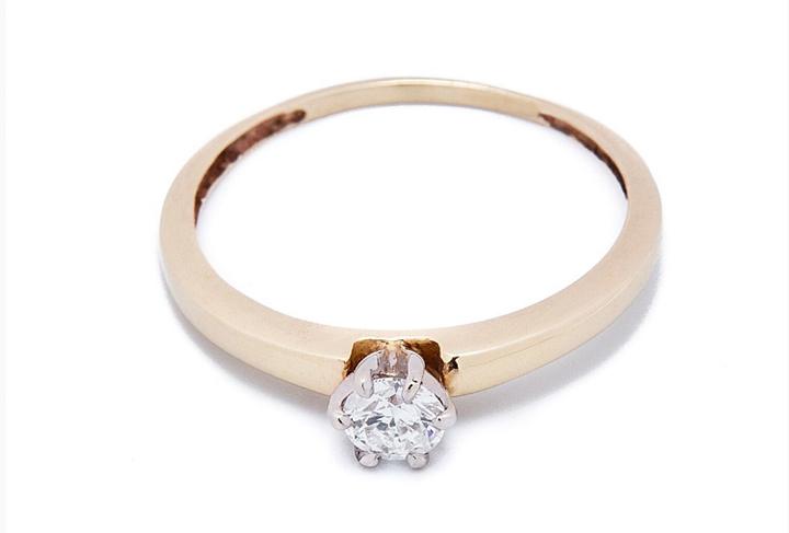 910caa6cf3bb Nunca ha pasado de moda un anillo en oro amarillo con diamante redondo. Su  forma maximiza el brillo y la luminosidad en toda la pieza.