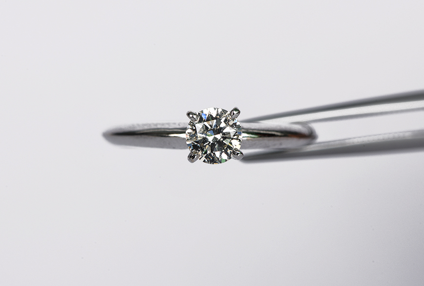 026f8869df87 ... que el anillo debe costar tres meses de sueldo del hombre